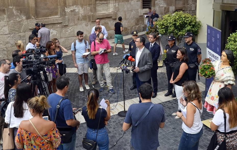 El Ayuntamiento pone en marcha la Policia Turística para consolidar a Murcia como destino internacional seguro