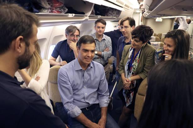 Imagen del Presidente del Gobierno hablando con los enviados especiales a su viaje a Latinoamérica