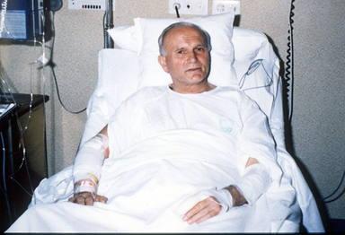 Juan Pablo II en el hospital tras el atentado de 1981