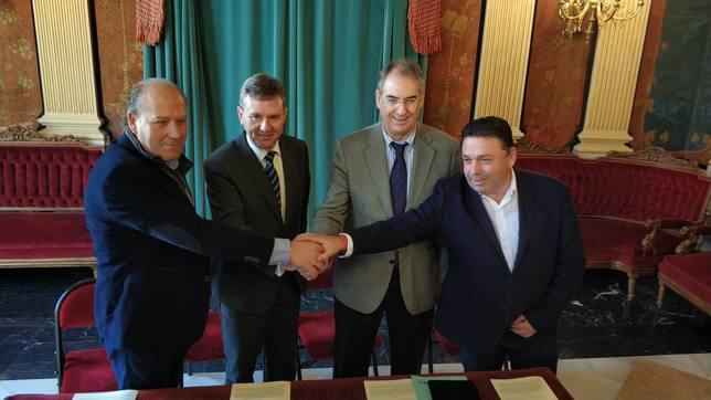 Citores (CCOO), Lacalle (alcalde), Benavente (FAE) y Fraile (UGT) firman Diálogo Social.