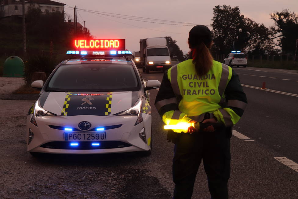 Una agente de Tráfico en un control de carretera - FOTO: Guardia Civil
