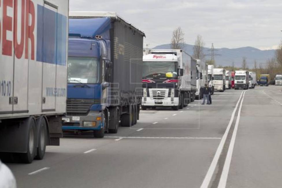 Camiones bloqueados por manifestaciones
