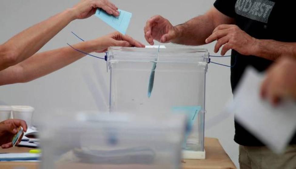 Un hombre introduce su papeleta en una urna
