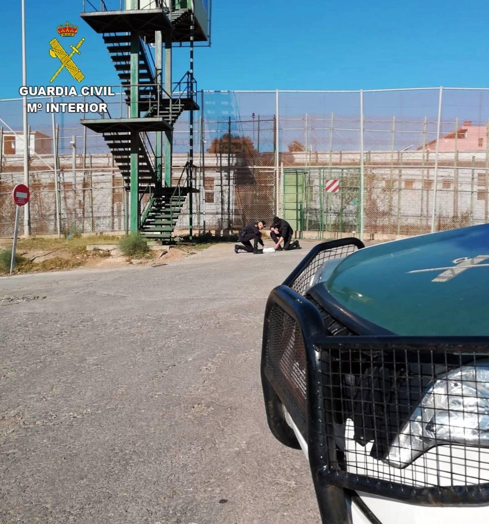 Narcotraficantes intentan meter droga a Melilla arrojándola por la valla tras el cierre de fronteras