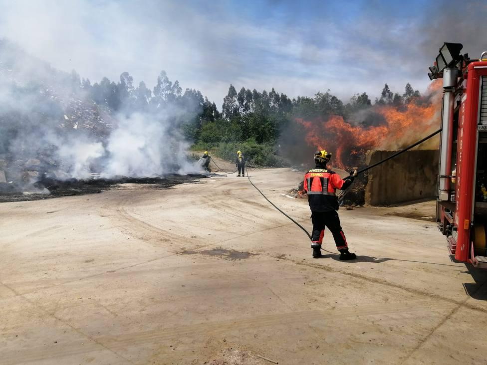 Efectivos de los Bomberos de Ferrol durante las tareas de extinción - FOTO: Cedida