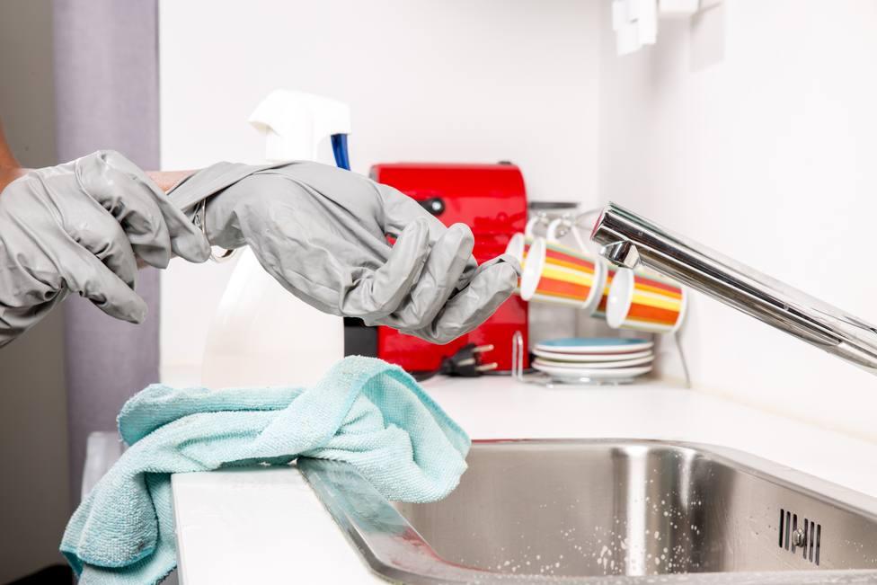 Foto de archivo de tareas de limpieza de hogar