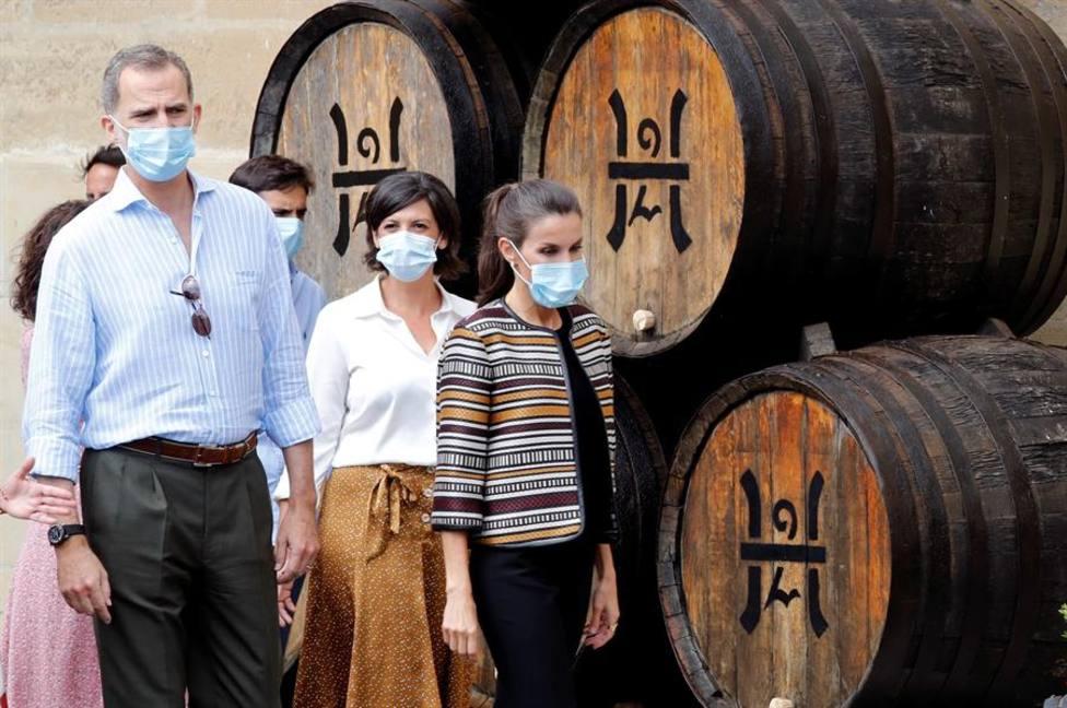 El rey Felipe VI y la reina Letizia durante su visita a la Bodega López de Heredia en Haro, La Rioja