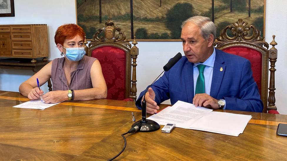 Maite Ferreiro (BNG) y José Tomé (PSdeG-PSOE) en la sala de juntas de la Diputación de Lugo