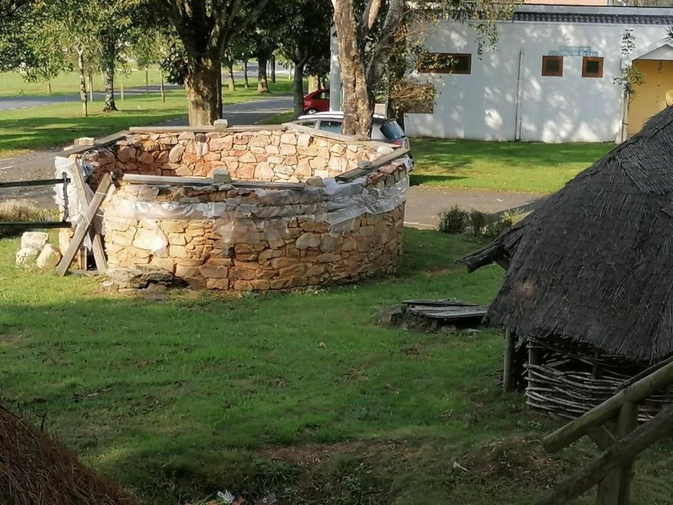 Estado que presenta la construcción que recrea una palloza en O Trece - FOTO: PP de Narón