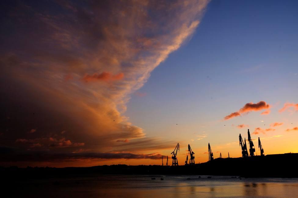 Atardecer ante las instalaciones de Navantia Ferrol - FOTO: EFE / Kiko Delgado