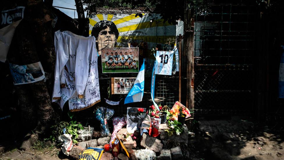 Ofrendas depositadas en Villa Fiorito, en la primera casa de Diego Armando Maradona, tras su muerte. EFE