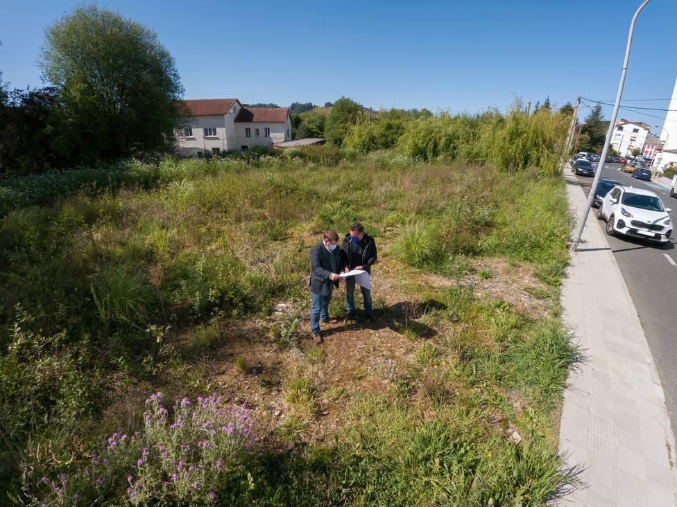 Trigo y Polo en una de las parcelas que será transformada en lugar de aparcamiento - FOTO: César Galdo