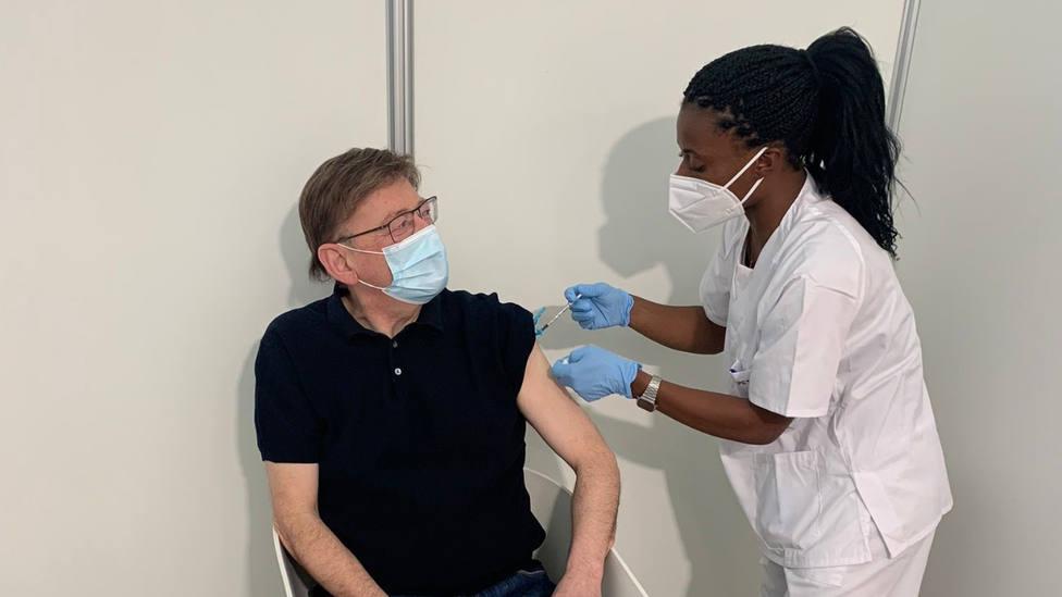 Ximo Puig recibe la primera dosis de AstraZeneca