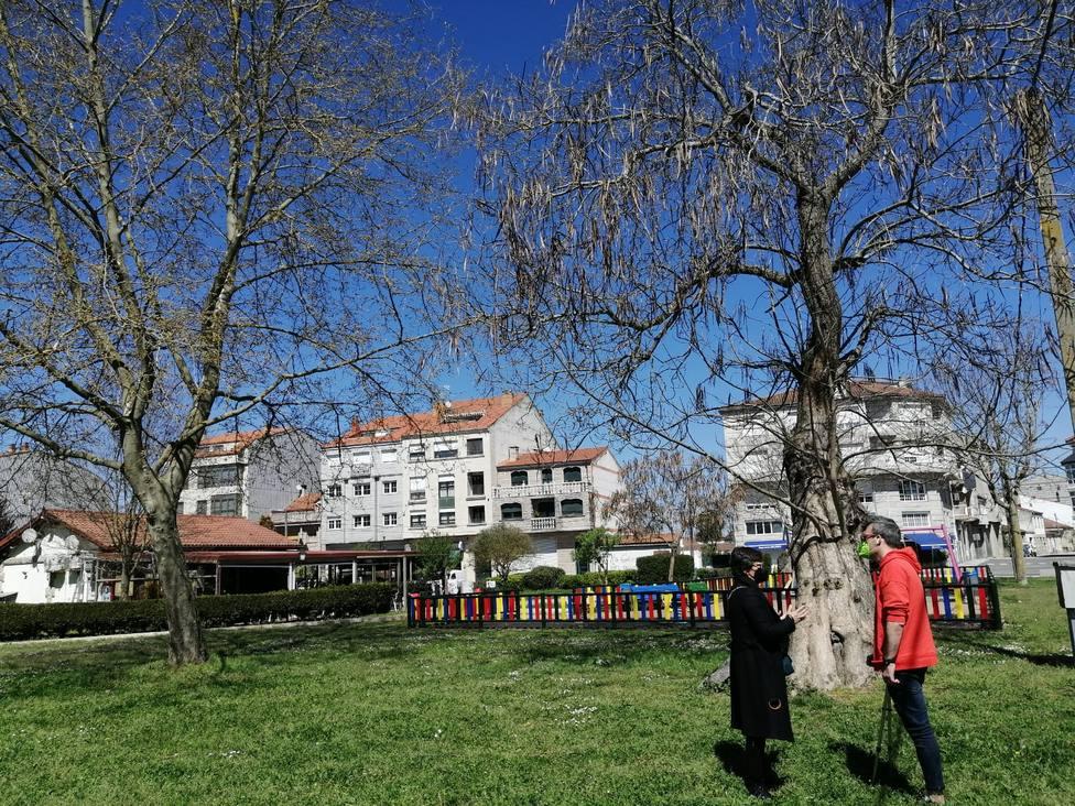 Elvira Lama y el concejal de Medio Ambiente, Rafa Penabad, en el parque de O Toural