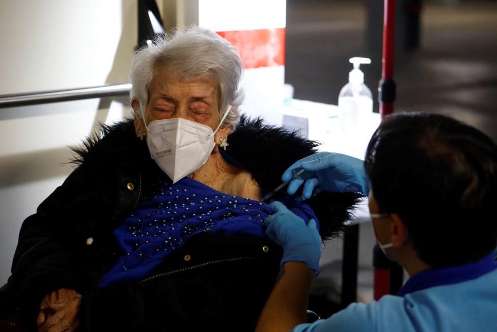 Mayores de 80 años no residentes reciben sus dosis de vacuna en Córdoba