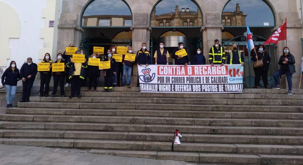 Los trabajadores de Correos concentrados ante la entrada principal de la oficina de Ferrol - FOTO: Cedida