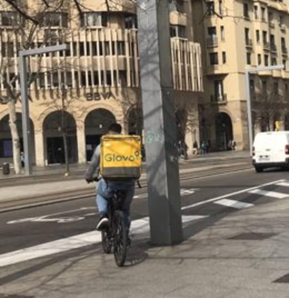 Rider de Glovo en bicicleta