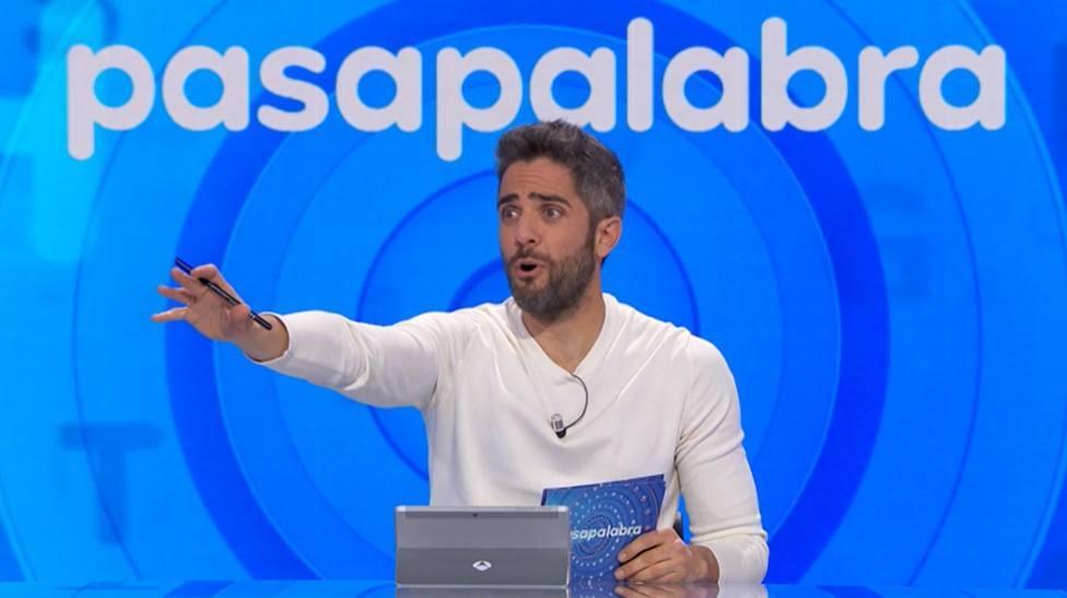 """El equipo de Pasapalabra emociona a Roberto Leal con un detalle muy especial: """"Eso que están viendo"""