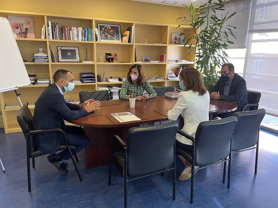 Francisco Barea, a la izquierda, con responsables de la Universidad de A Coruña - FOTO: Cedida