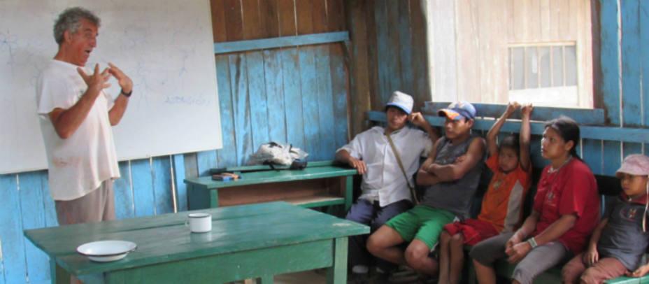 El padre Roberto Ábalos con alumnos de la comunidad machiguenga. Patricia Rosety