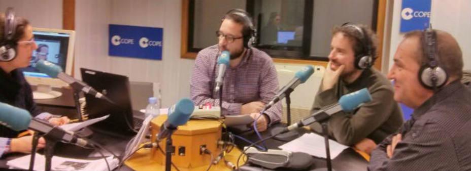 Belén Ródenas, Lartaun de Azumendi, Guillermo Ortiz y Andreu Ibáñez en el estudio conociendo las Google Glass