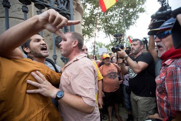 Cs y PP se concentran en Barcelona en apoyo a mujer agredida por quitar lazos