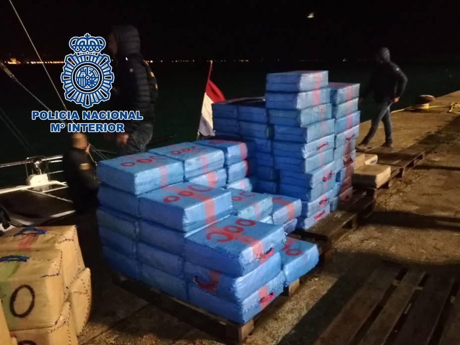 La Policía Nacional detiene a dos personas e incauta 11 toneladas de hachís en un velero en Italia