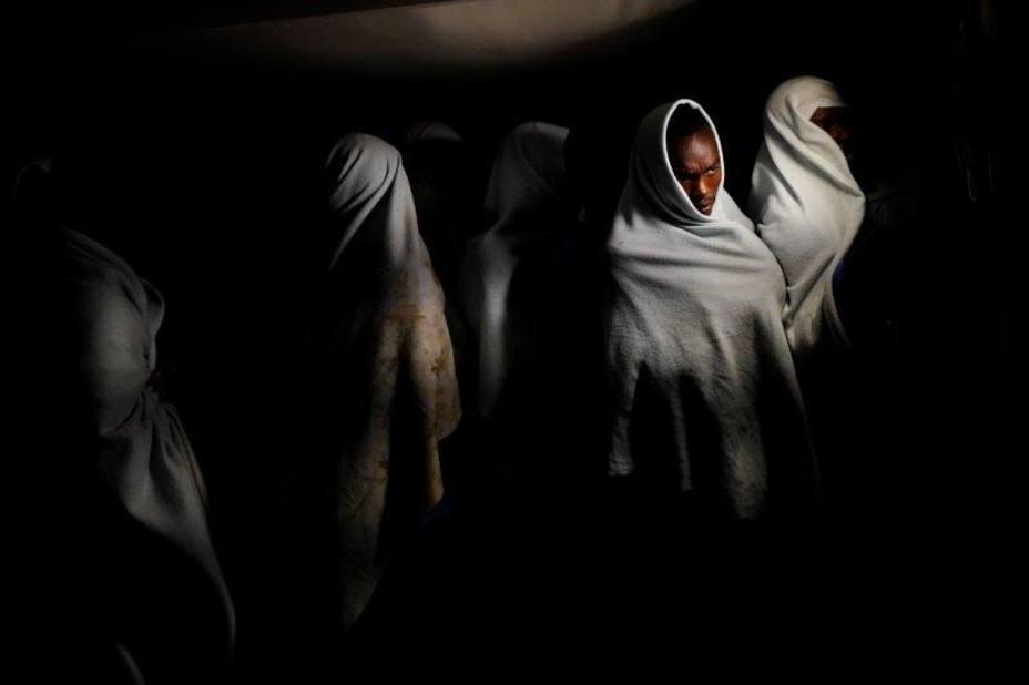 Juan Medina gana el XXII Premio de Fotografía Humanitaria Luis Valtueña con una imagen de migrantes rescatados en el mar