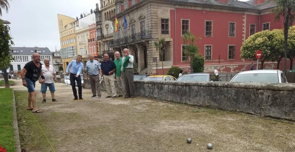 Vecinos jugando a la Petanca