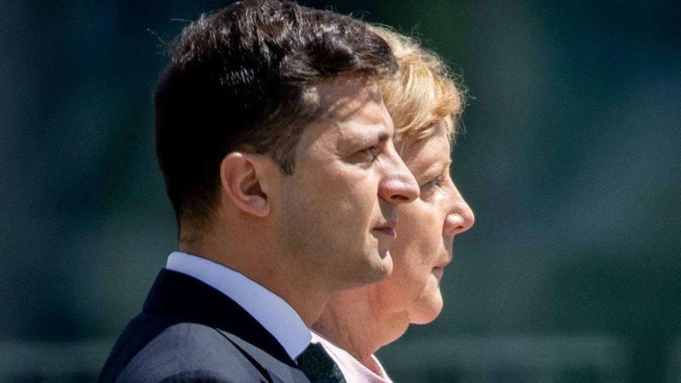 Angela Merkel, visiblemente temblorosa y físicamente débil en una recepción con Zelenski