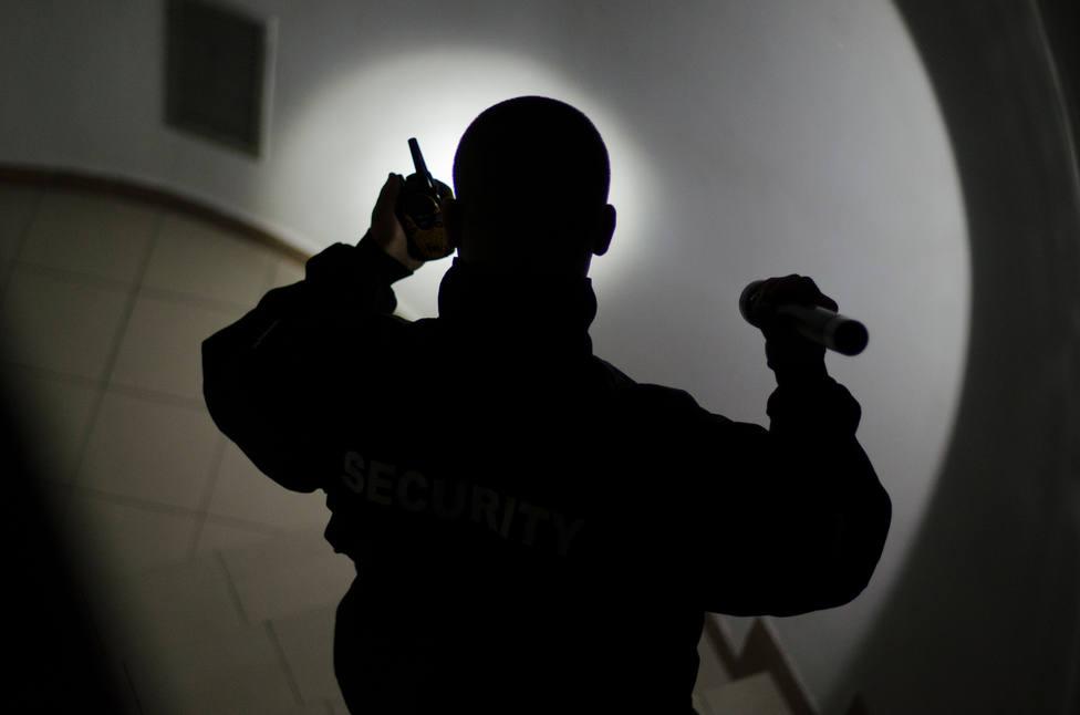 Un vigilante de seguridad en la oscuridad