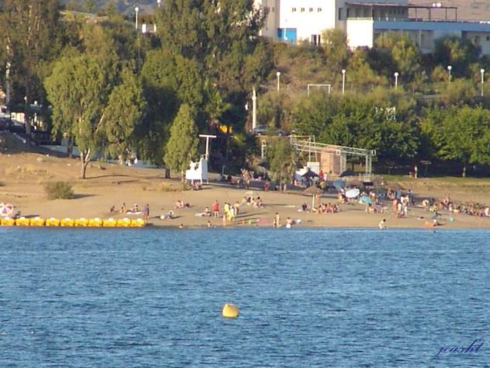 Playa dulce de Orellana La Vieja (Badajoz) distinguida con la bandera azul. Foto: Archivo
