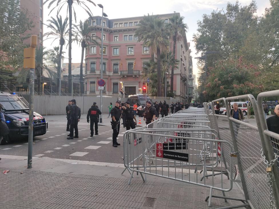 Mossos y Policía blindan la Conselleria de Interior ante una protesta de los CDR