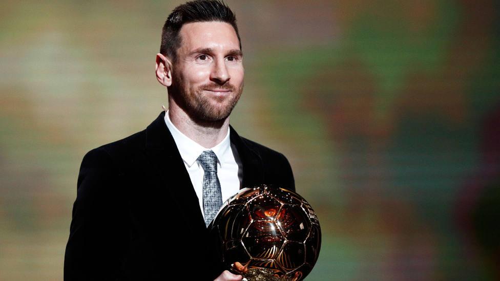 Leo Messi, con su sexto Balón de Oro. EFE