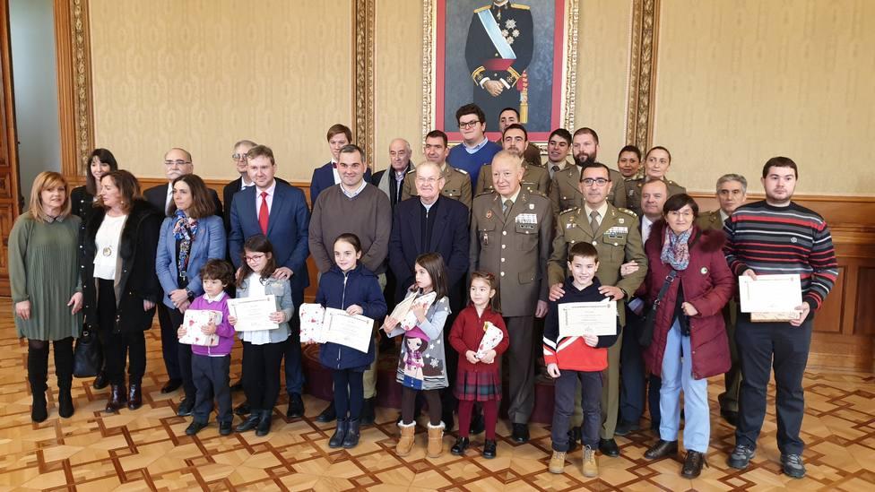 Foto de familia del Regimiento del Transmisiones con las entidades beneficiarias y los ganadores de los premio