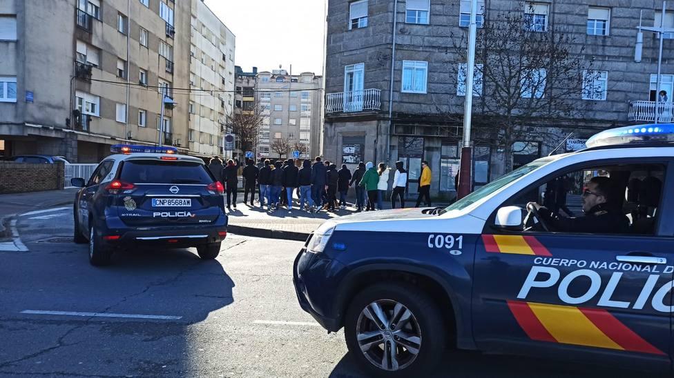 Seguidores del Racing de Ferrol escoltados por agentes policiales en Pontevedra - FOTO: Policía Nacional