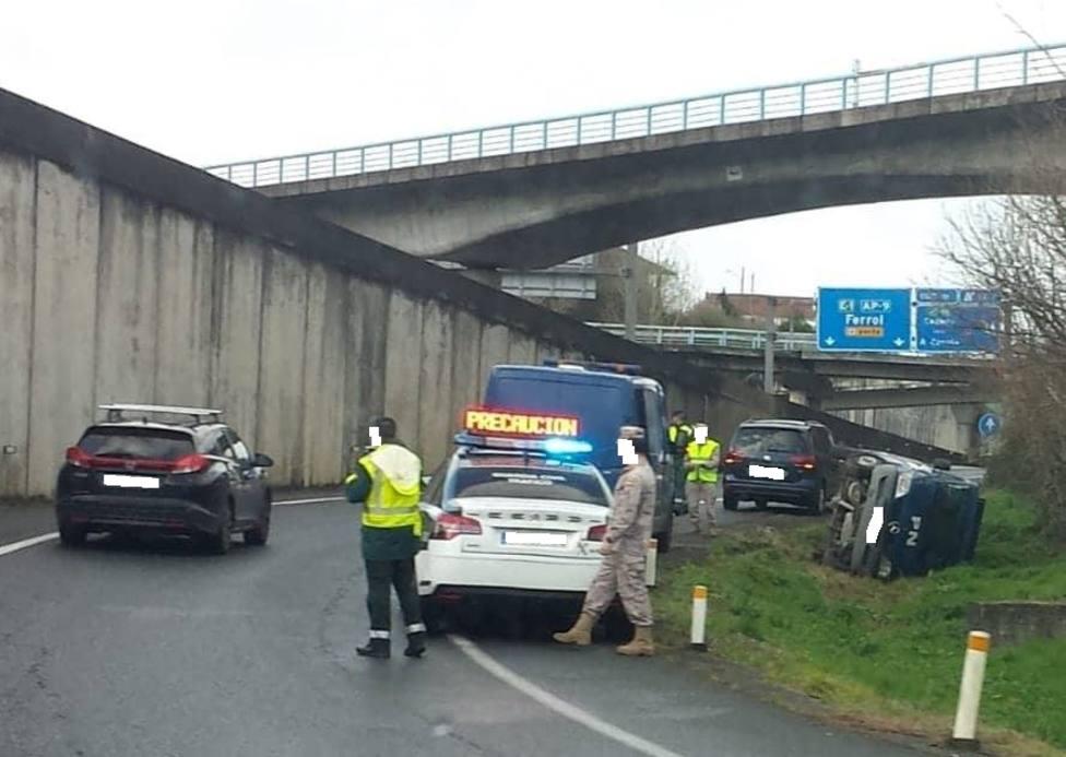 La furgoneta quedó volcada sobre un lateral fuera de la zona aglomerada - FOTO: Tráfico Ferrolterra