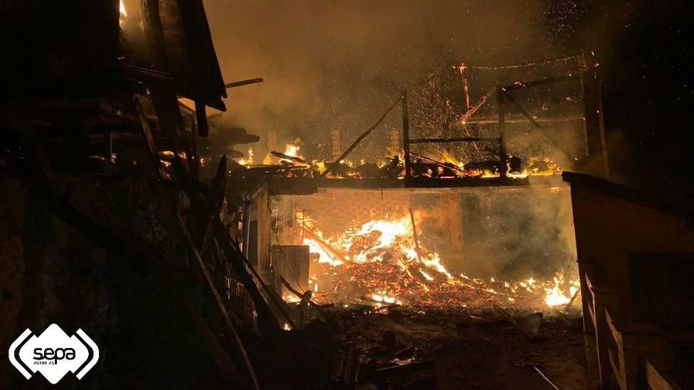 Incendio urbano en Grado