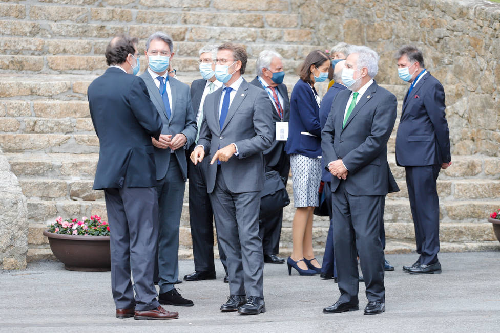Rajoy critica que haya ministros que pongan en tela de juicio la monarquía