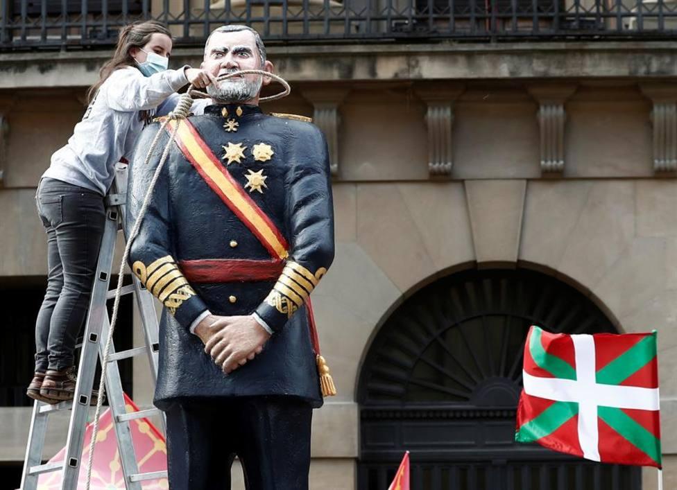 Un miembro de Sortu pone una soga al cuello de una estatua del Rey Felipe VI