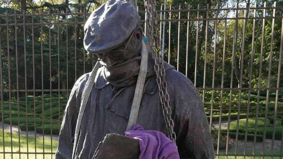 Instalación de la estatua en bronce de Miguel Delibes junto al Campo Grande