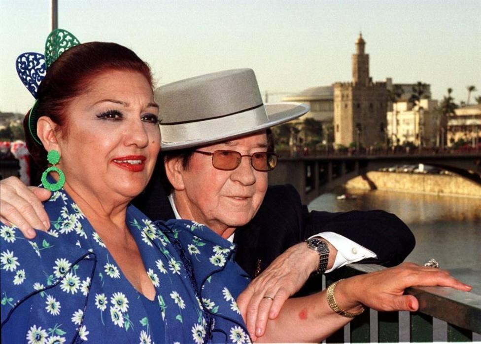 El cantante Juanito Valderrama junto a su mujer, Dolores Abril en un imagen de 1999