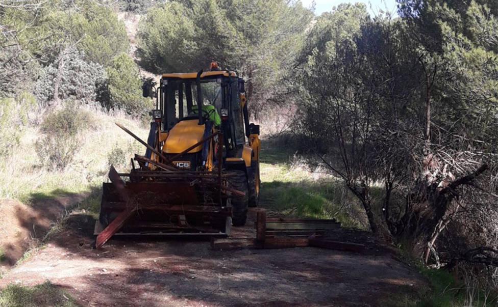 Momento en el que la excavadora municipal retira el cerramiento
