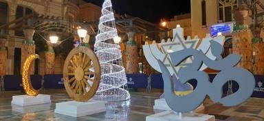 Cristianos protestan en Melilla por un expositor en el que se les asocia a un arbolito en vez de a la cruz