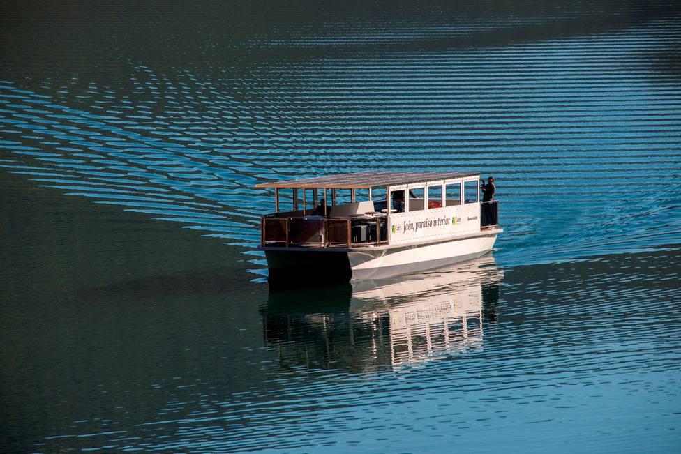 ctv-jgc-20210328-barco-solar-jan-paraso-interior-en-el-tranco-2