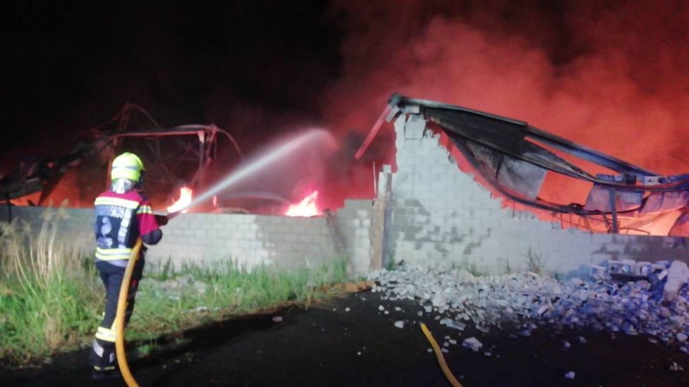 Un incendio quema una fábrica de troquelados en el polígono Renocal de Arnedo