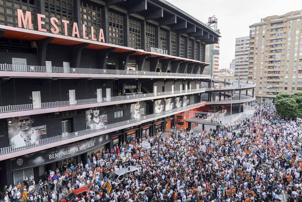 Miles de fans del Valencia se manifiestan en contra del presidente del club Peter Lim a las puertas de Mestalla