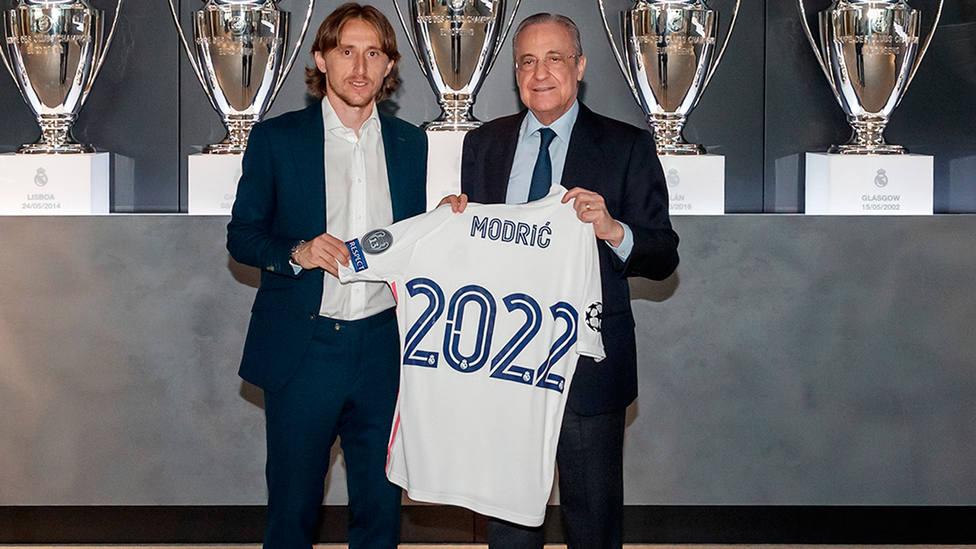 Luka Modric posa junto a Florentino Pérez tras renovar con el Real Madrid hasta 2022 (FOTO: Real Madrid)