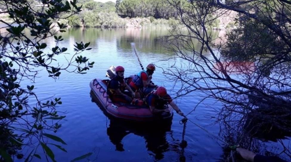 Bomberos del SEIS buscan desde una lancha con sonar a un joven de 21 años desaparecido en el Lago Azul
