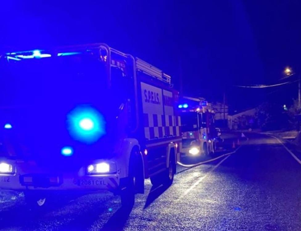 Varias dotaciones en la zona del incidente - FOTO: SPEIS Narón